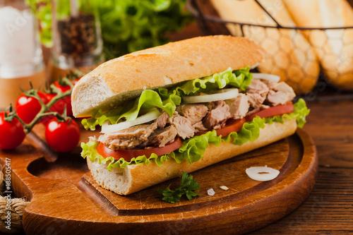 Staande foto Snack Delicious tuna sandwich, served with lettuce, tomato and onion.