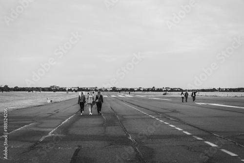 Zdjęcie XXL runway tempelhof w Berlinie z trzema dziewczynami chodzącymi