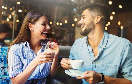 Cuadros en Lienzo  Young attractive couple on date in coffee shop