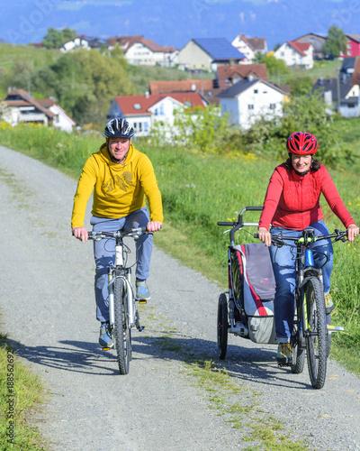Foto op Plexiglas Fietsen raus ins Grüne mit der Familie