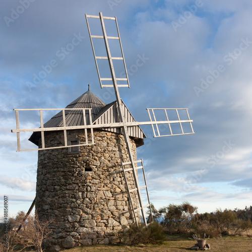Fotografía  moulin à vent en pierre à toit rotatif