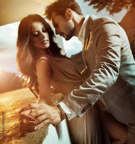 Portrait of a young, romantic couple Fototapete