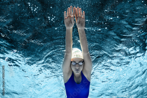 Obrazy Pływanie  underwater-picture-of-female-swimmer-in-swimming-suit-and-goggles-training-in-swimming-pool
