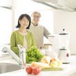 キッチンで料理をするシニア夫婦