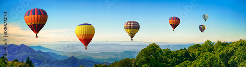 Poster Montgolfière / Dirigeable Panorama of mountain with hot air balloons on morning at Thailand.
