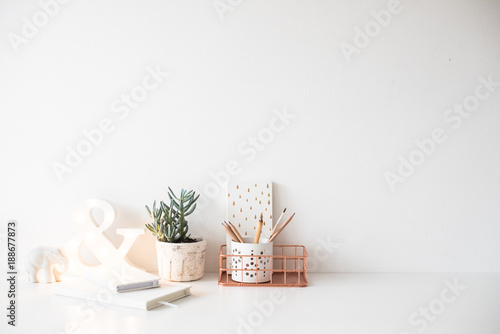 Photo White home office table, cozy and nice workplace with notepads a