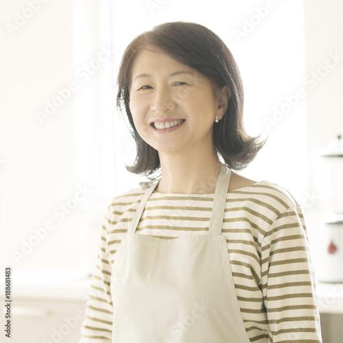 キッチンで微笑むシニア女性