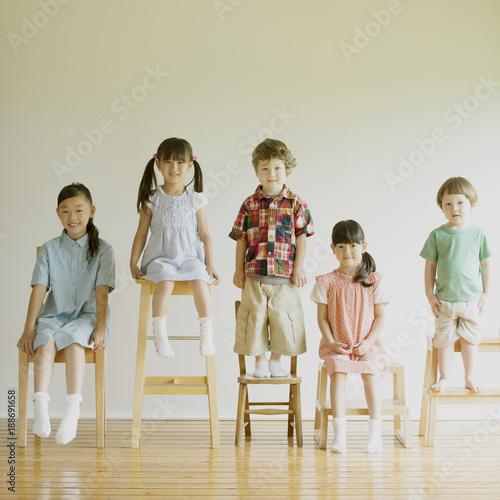 椅子に座り微笑む子供たち