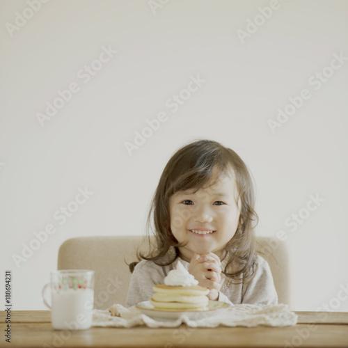 ホットケーキを前に嬉しそうな顔をする女の子