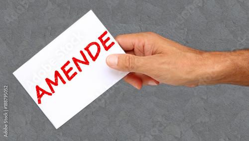 Homme tenant une carte avec Amende écrit dessus Canvas Print