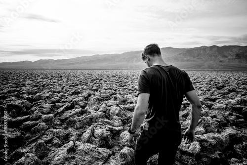 Photo sur Toile Gris traffic beau jeune homme dans le désert