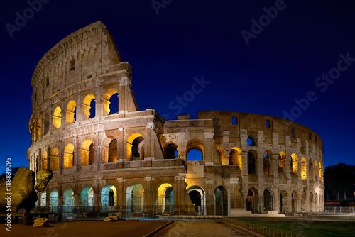 In de dag Rome Coliseum in Rome at night
