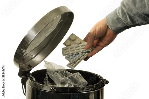 Fototapeta Tablettes de médicaments jetés à la poubelle