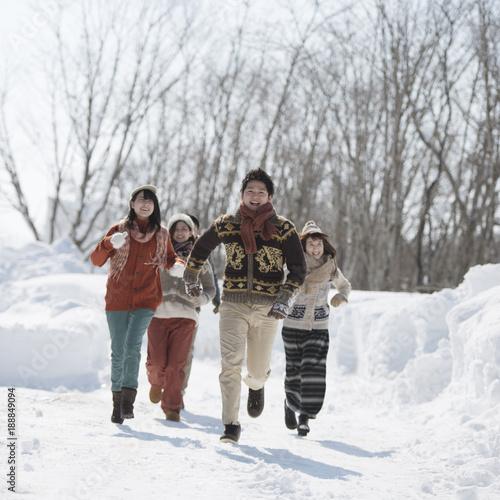 雪道を走る若者たち