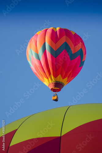 rozowy-balon-w-locie