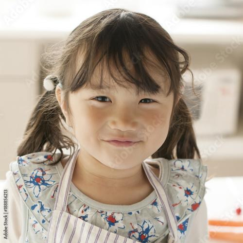 キッチンで微笑む女の子
