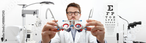 Fotografía  optician hands with trial frame, optometrist doctor examines eyesight, front vie