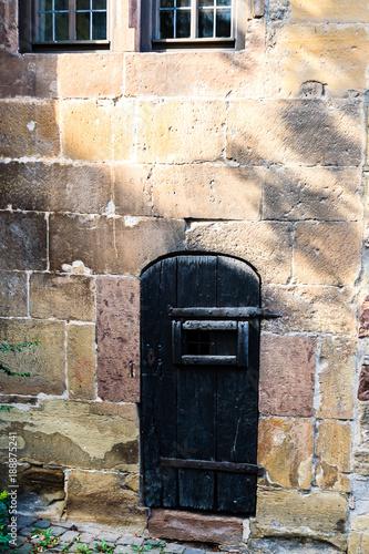 Fototapety, obrazy: Schwarze alte Türe mit Beschlägen