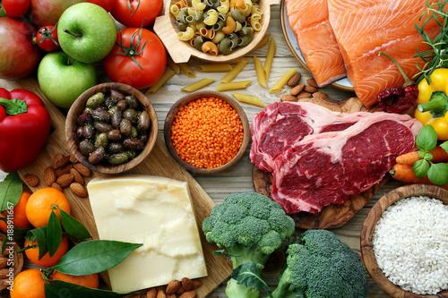Tuinposter Assortiment sfondo cibo, tavolo con prodotti alimentari ,per alimentazione e dieta completa