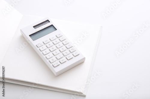 Fotografia, Obraz  白いノートと白い電卓