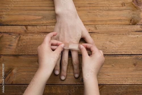 Fotografie, Obraz  母の手に絆創膏を貼る子供の手
