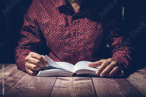 Fotografia Pastor studying the Bible on a wooden desk