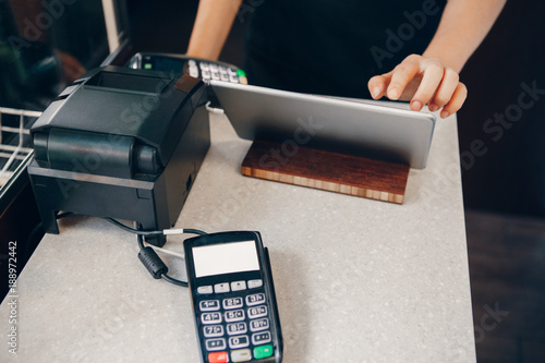 Photo  Closeup shot of caucasian cashier hands