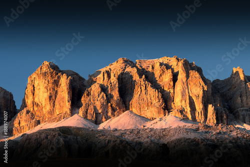 Photo  Punta De Joel of Sella Group in golden hour at sunset with blue sky