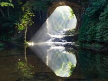 光差す濃溝の滝