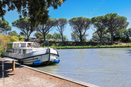 Fotografía Vacation boat in Canal du Midi, family travel by barge in Southern France