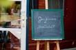 """Tafel vor einem Restaurant mit der Aufschrift """"Geschlossene Gesellschaft"""""""