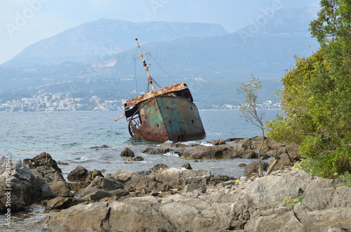 Foto op Canvas Schipbreuk Destroyed old rusty ship trunk in a sea