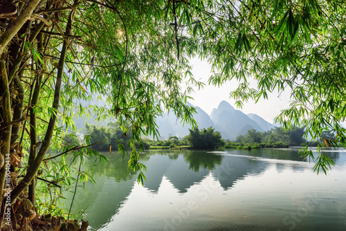Deurstickers Zwart Scenic view of the Yulong River at Yangshuo, Guilin, China