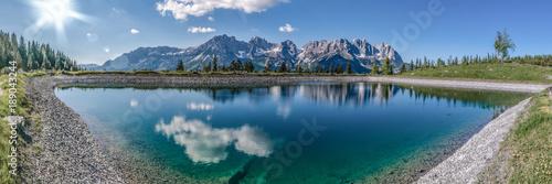 ein herrlich blauer See vor dem großen Wilden Kaiser