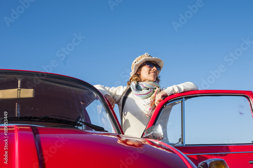 Fotografia  beautiful hippy vintage woman with old red car