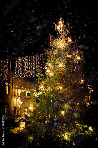 Papiers peints Jardin Romantic, illuminated Christmas tree during snowfall in the market square of Nierstein