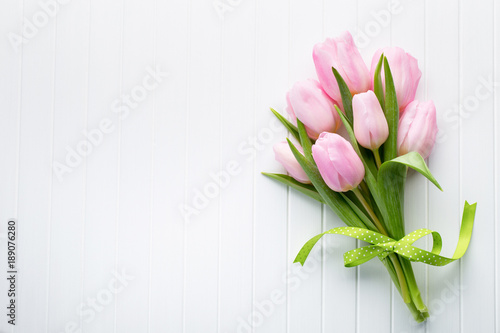 In de dag Tulp Fresh red tulip flowers bouquet on shelf in front of wooden wall.