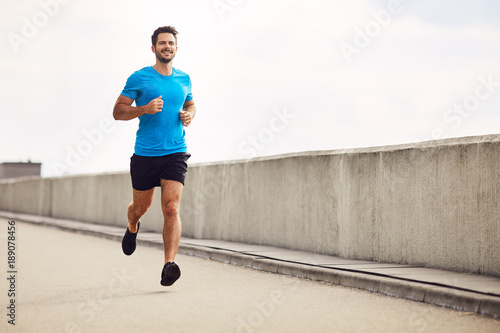 Foto  Athletic young man running