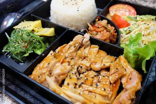 Photo Delicious Japanese Bento Box with Teriyaki Chicken