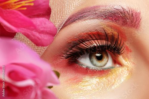 kobieta-z-kwiatem-makijazu