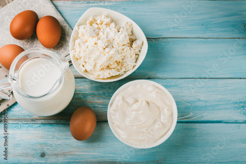 Poster Produit laitier Tasty dairy products on blue wooden background