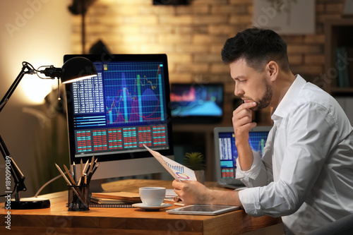 Cuadros en Lienzo Young stock exchange trader working in office