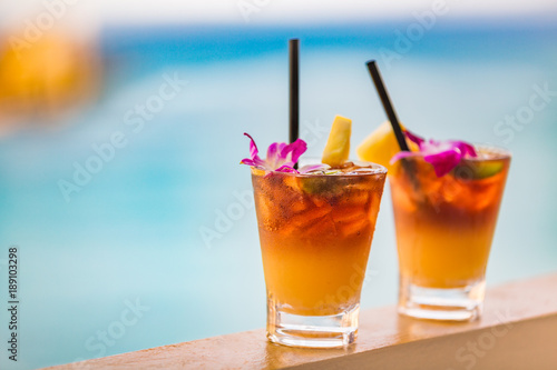 Fotomural  Hawaii mai tai drinks on waikiki beach swimming pool bar travel vacation in Honolulu, Hawaii