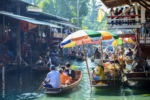 Photo Damnoen Saduak Floating Market, tourists visiting by boat, located in Bangkok, Thailand