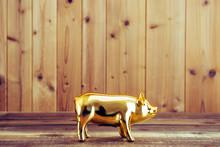 金色の豚の貯金箱と木...