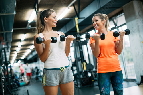 Poster Fitness Beautiful women working out in gym together