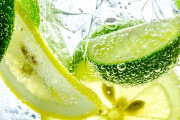 Kropla cytryny w musującej wodzie gazowanej, odświeżenie soku