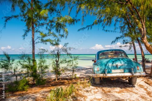 mata magnetyczna Classic car on a beach in Cuba
