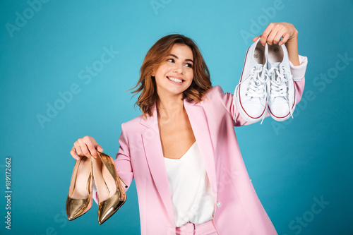 Fotografía  Portrait of a smiling woman dressed in pink suit