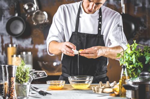 Fotografie, Obraz  Chefkoch in der Küche ( Teig Zubereitung)